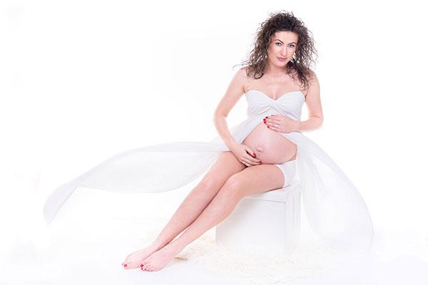 Fotograficzna-sesja-ciążowa-w-studio-w-Bielsku-Białej